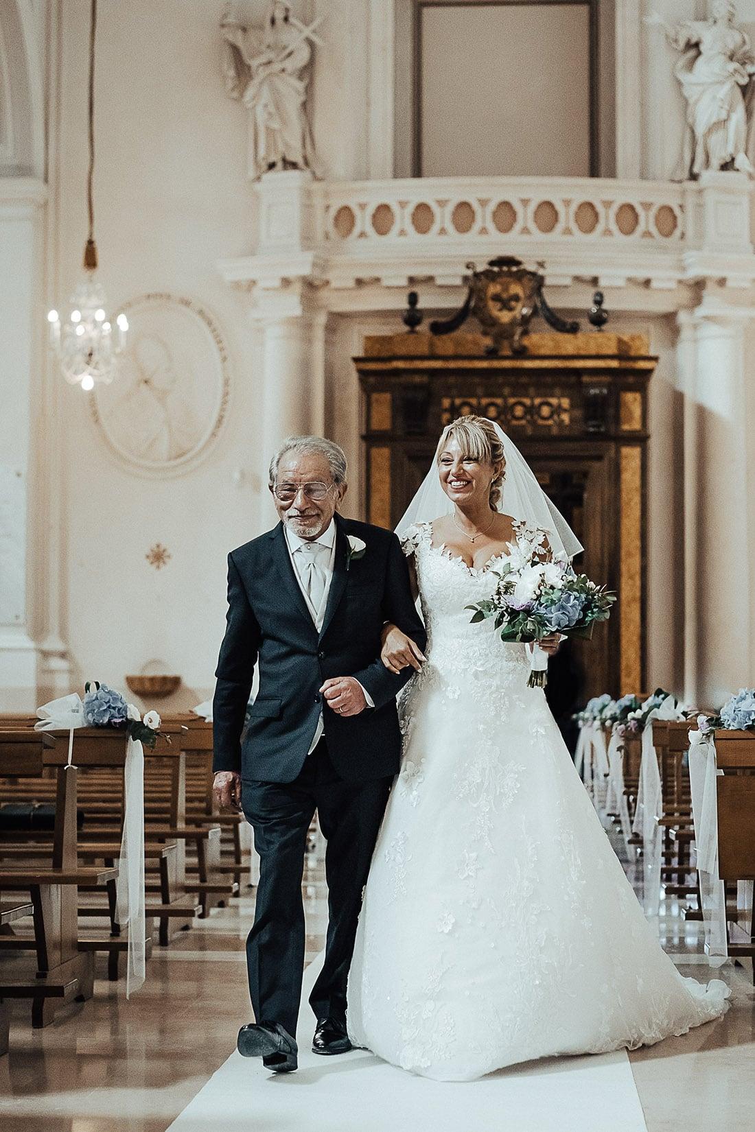 videomaker riprende ingresso della sposa in chiesa