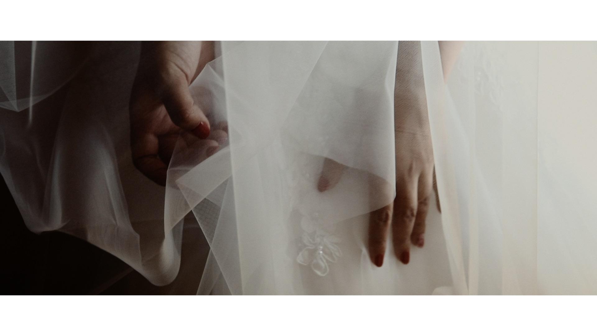 destination wedding in italy bride hands